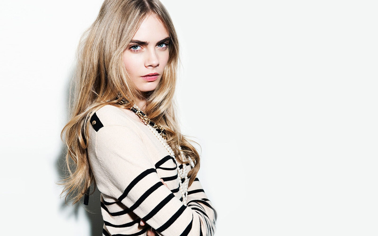 Photo Cara Delevingne dressed in the sweater with lines