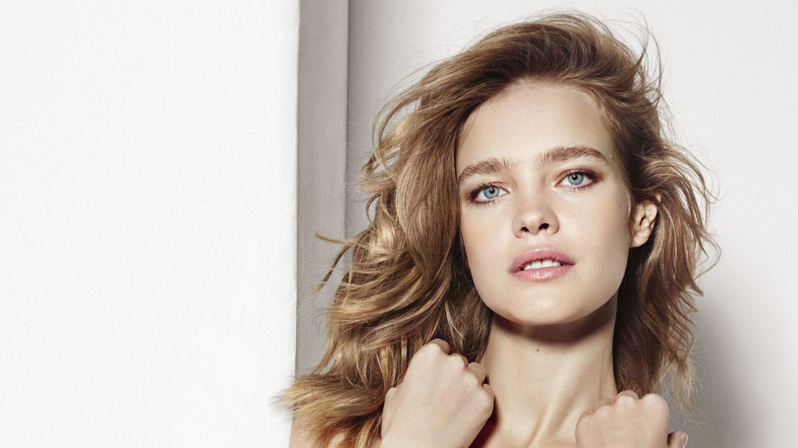 light color background Natalia Vodianova with curly hairstyle. 1080p
