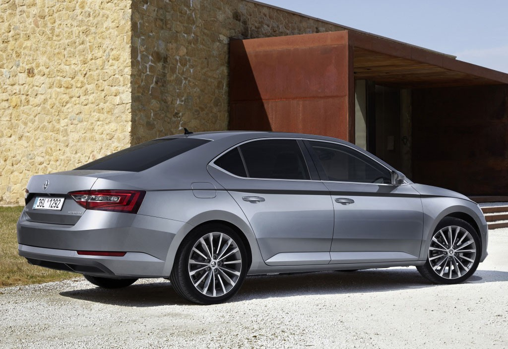 Skoda Superb 2016 side view