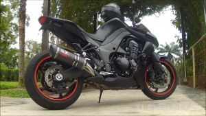 Black Kawasaki Z1000 side
