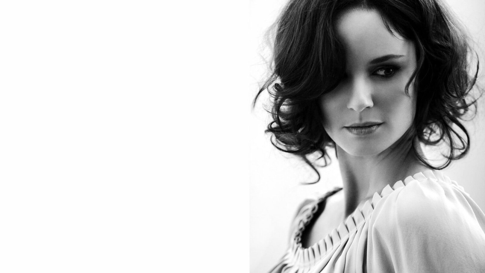 Sarah Wayne Callies bw background