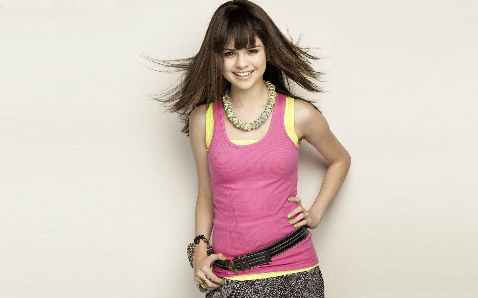 Selena Gomez in pink T-shirt HD images