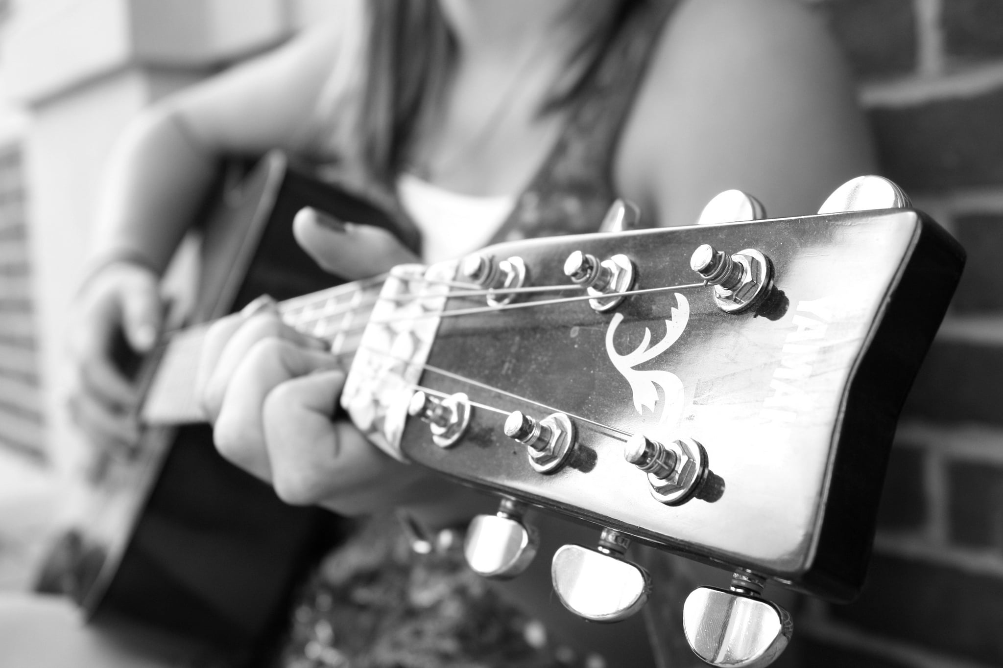 Girl with guitar HD pic for PC