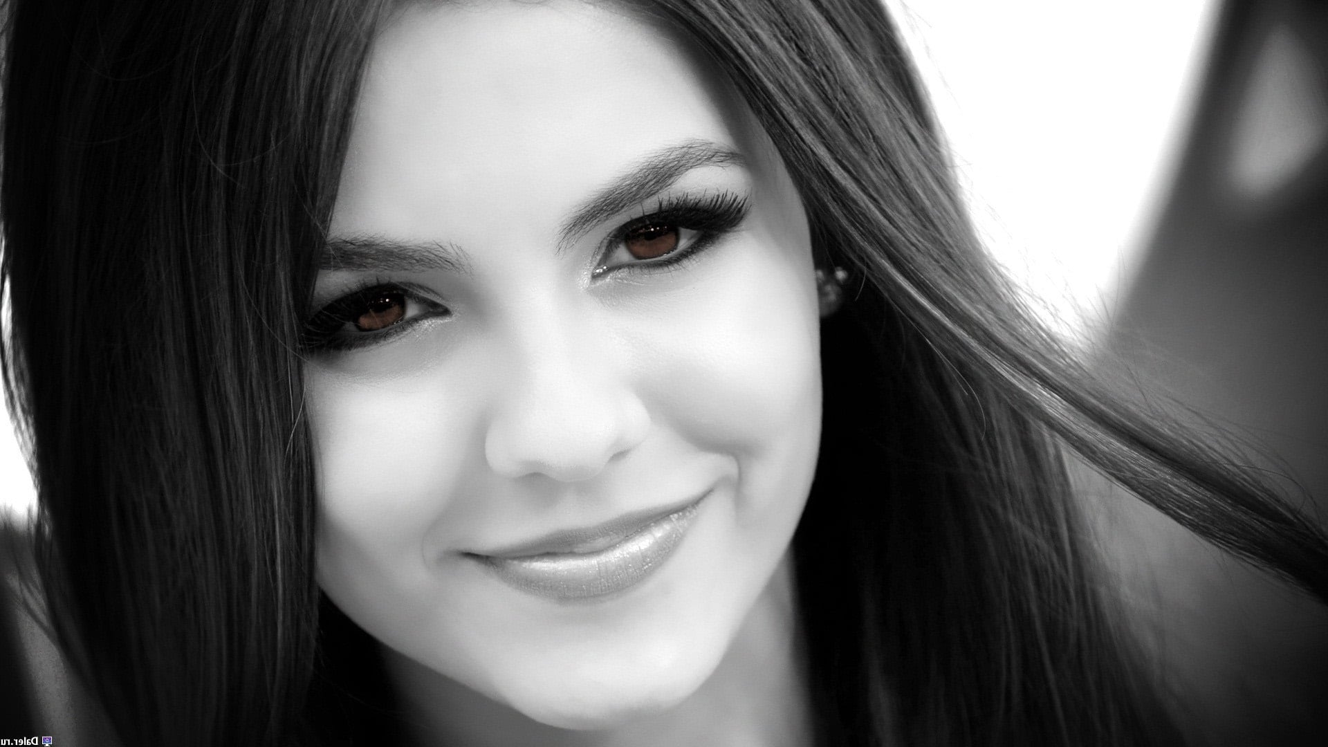 Victoria Justice bw backgrounds