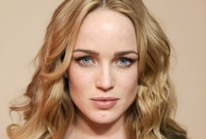 Caity Lotz eyes HD pic for PC