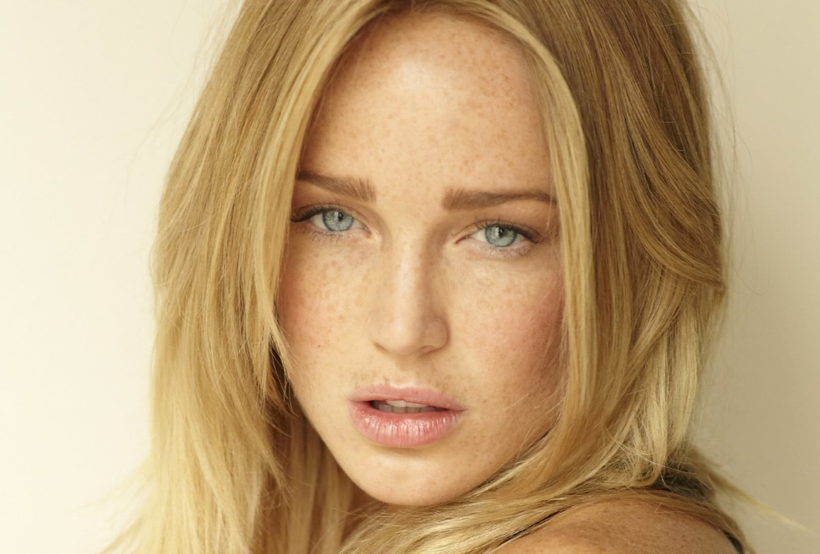 Caity Lotz face walpapers for windows