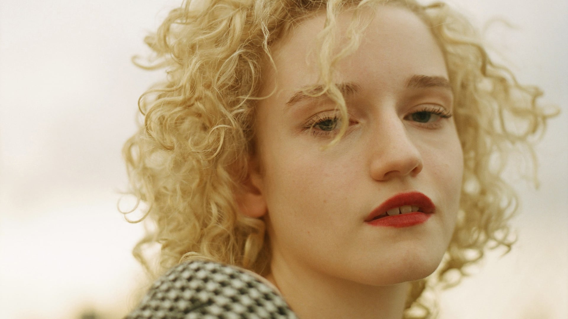 Julia Garner computer wallpaper