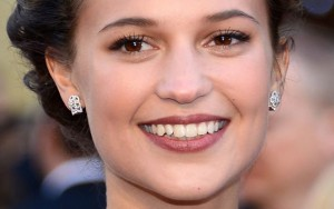 smile Alicia Vikander earrings 2016
