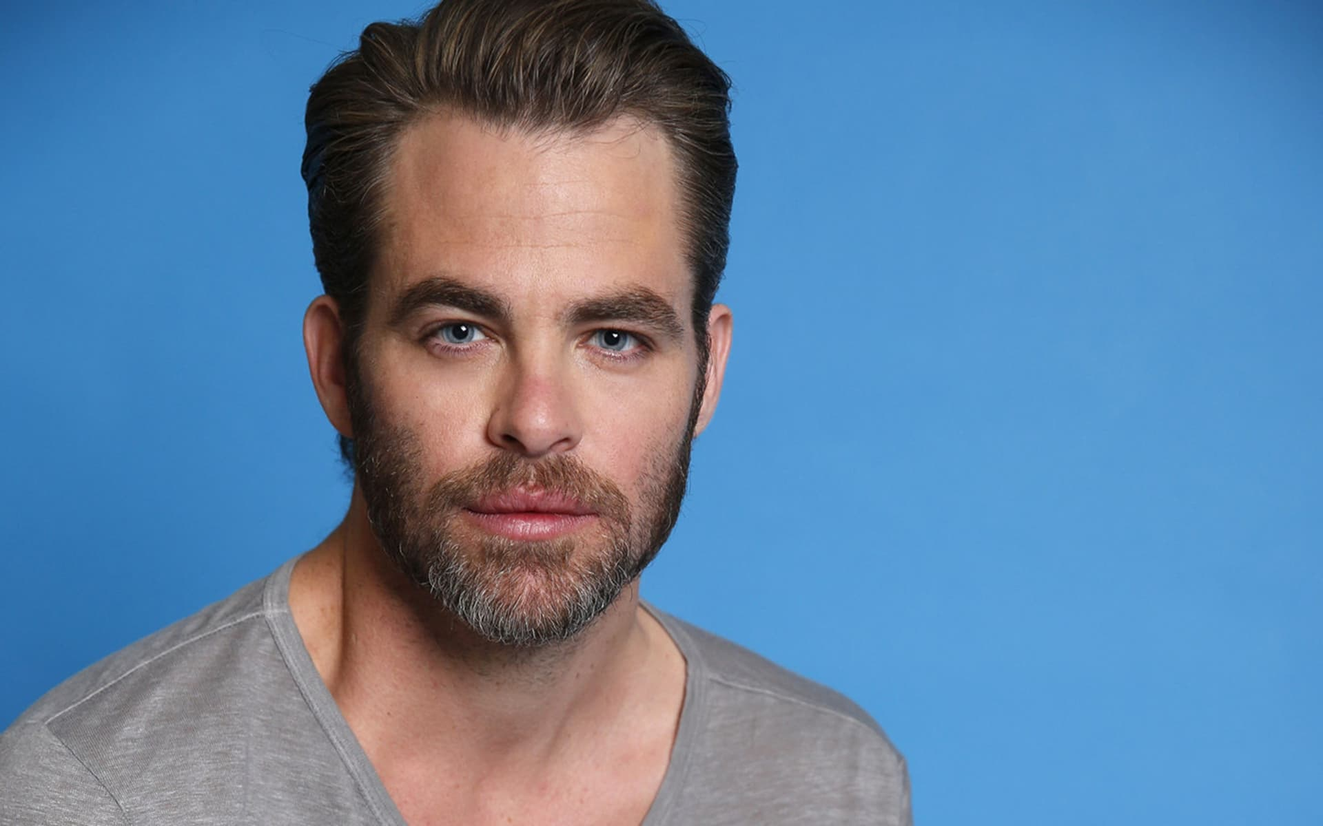 Chris Pine blue background new pictures
