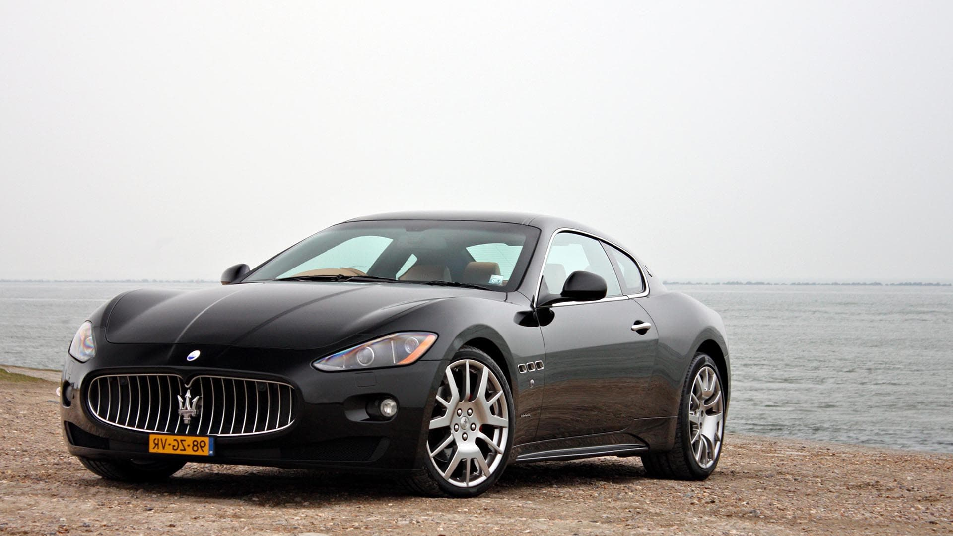 Maserati Granturismo black outdoor Desktop