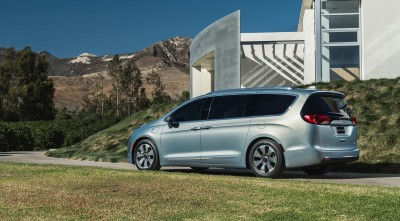 Chrysler Pacifica Minivan 2016 side