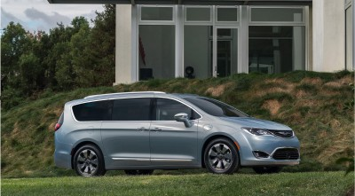 Chrysler Pacifica Minivan 2016 High Resolution