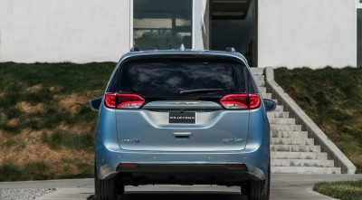 Chrysler Pacifica Minivan 2016 rear