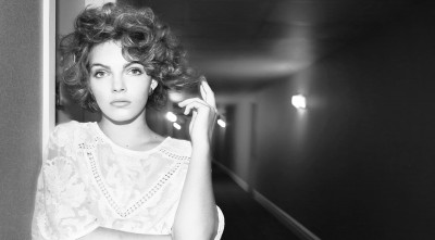 black and white Camren Bicondova HD wallpaper