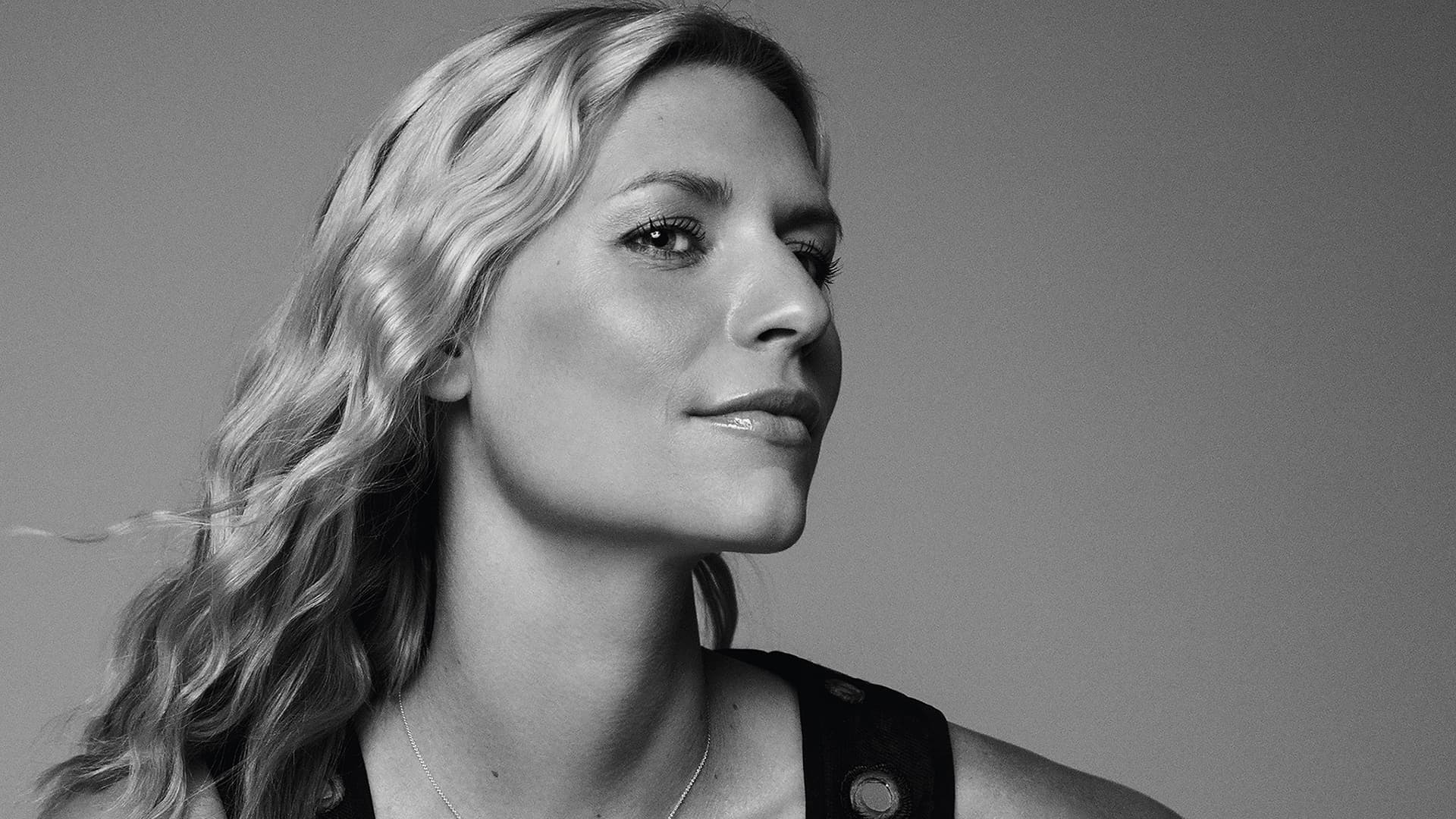 black and white Claire Danes Background