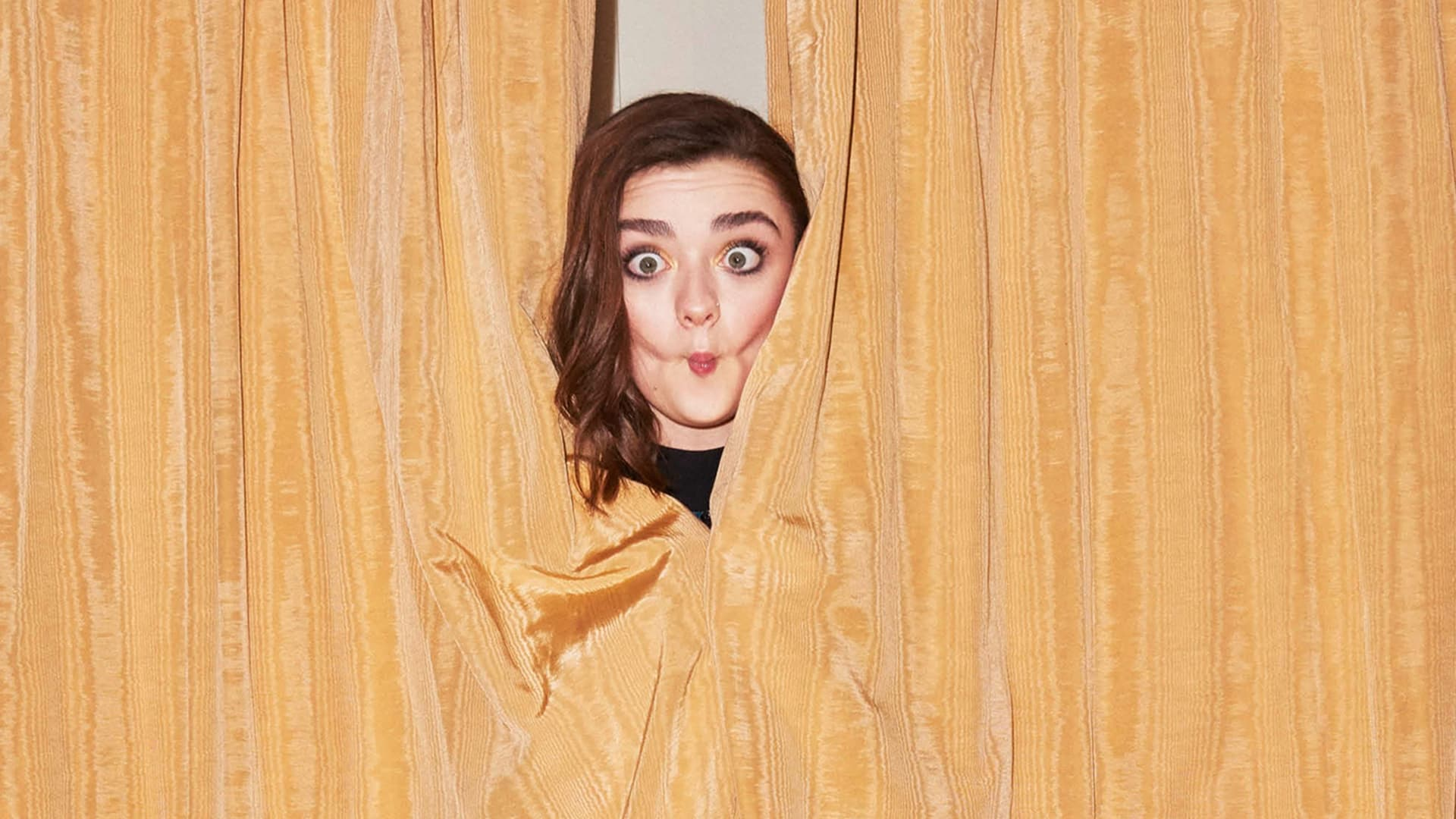 Maisie Williams background funny