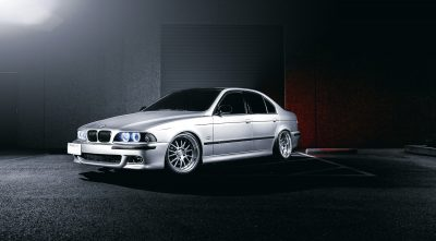BMW e39 540i 1996 gray background