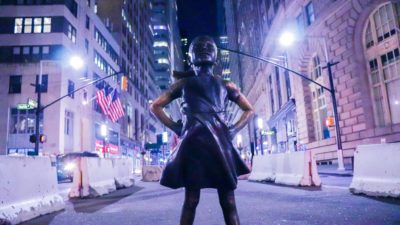 Monument of fearless girl in New York