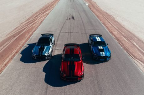 2020 Ford Mustang Shelby GT500 - 3 cars at road