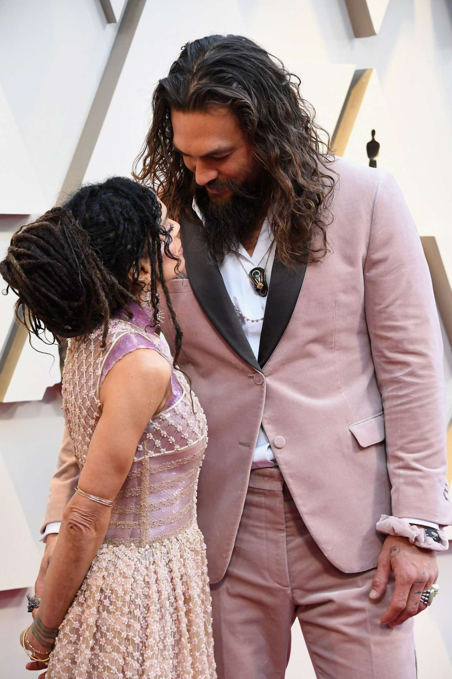 Jason Momoa with Lisa Bonet, eyes to eyes at the Oscars in Los Angeles, 2019