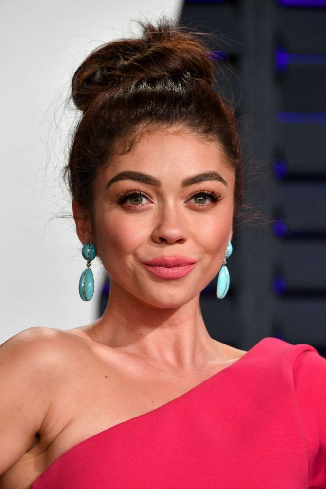 Sarah Hyland with new short hairstyle at the Vanity Fair Oscar Party in Beverly Hills, 2019
