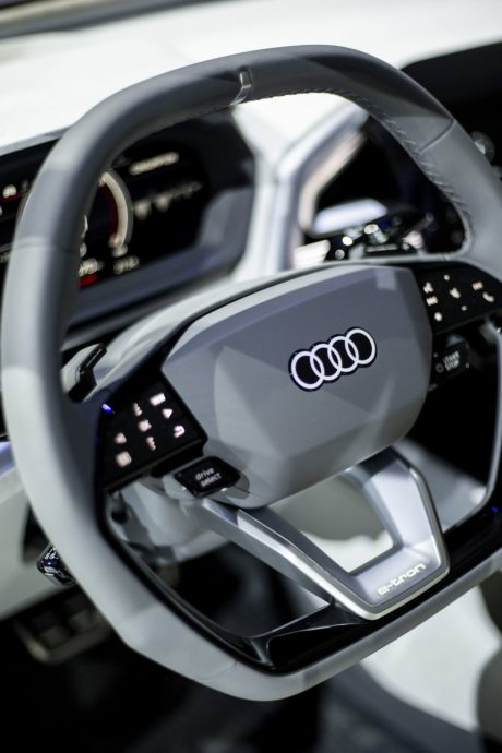 audi Q4e-tron concept - new steeringwheel with start&stop and drive select buttons